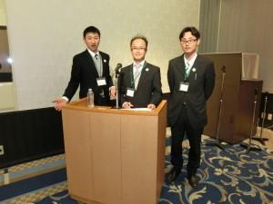 当日司会の松本マネージャー(中央)と発表者の鈴木(左)、山田(右)両コーディネーター